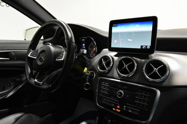 MERCEDES-BENZ GLA 200 25