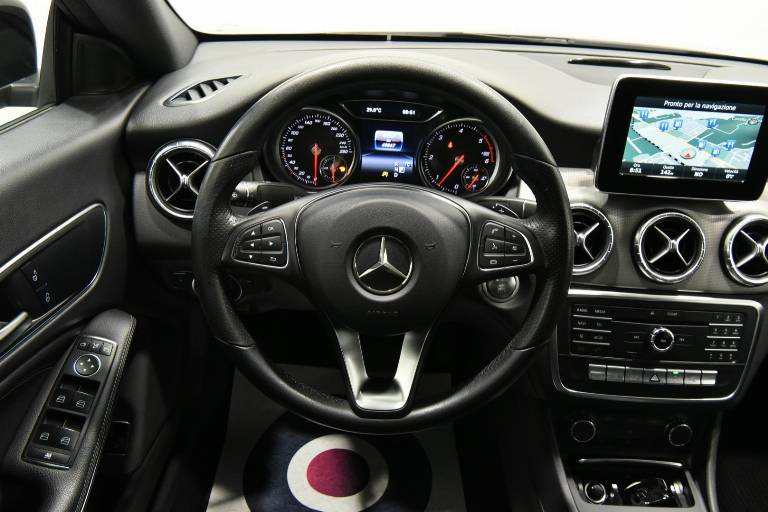MERCEDES-BENZ CLA 200 40