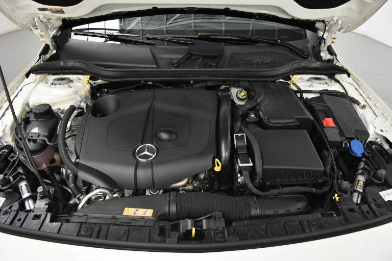 MERCEDES-BENZ GLA 200 8