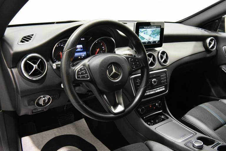 MERCEDES-BENZ CLA 200 3